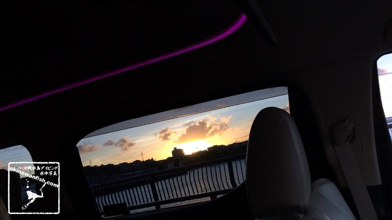 車窓から見る沖縄本島の夕焼け