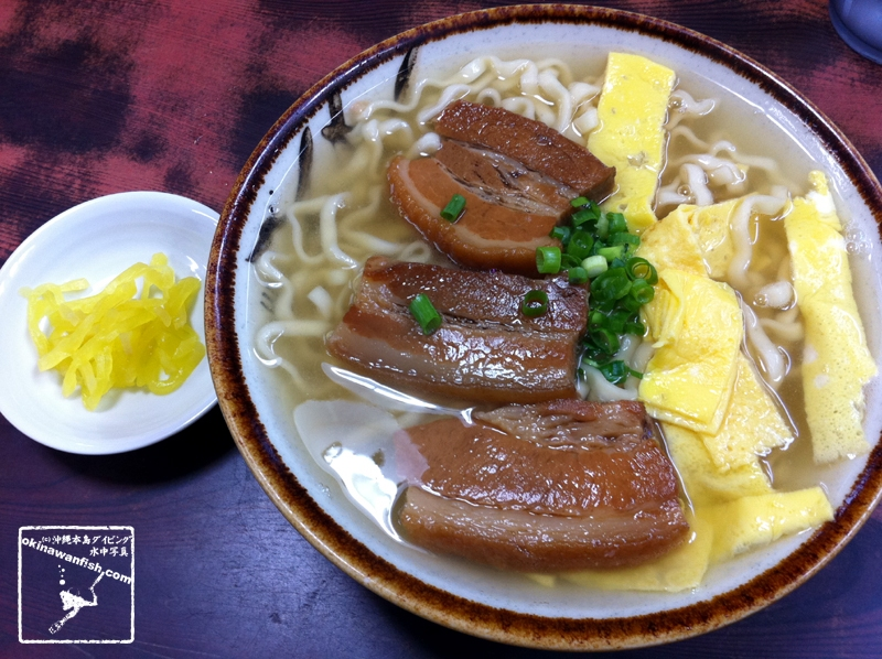 沖縄県北谷町の砂辺海岸沿いにある沖縄そば屋「浜屋そば」の「三枚肉そば」です。