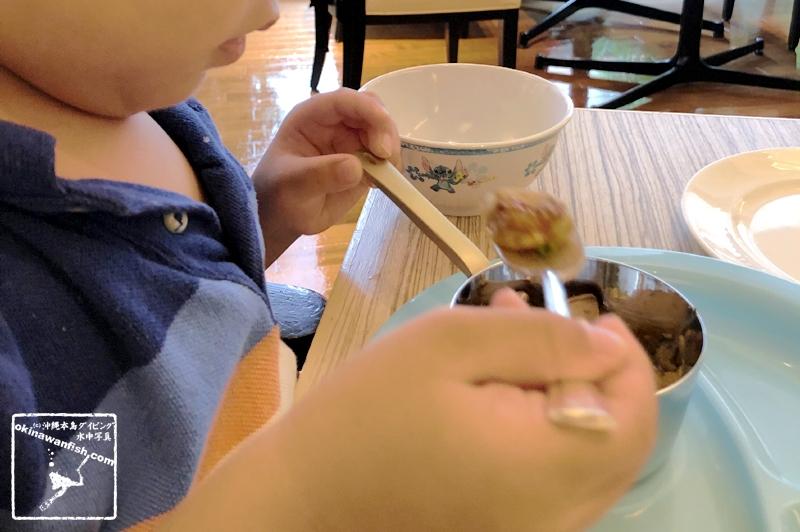 フォアグラを食べる2歳児