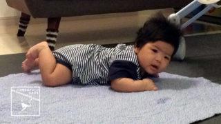 生後2ヶ月半の赤ちゃん 首を持ち上げる