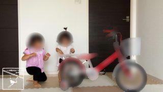 室内で自転車遊び