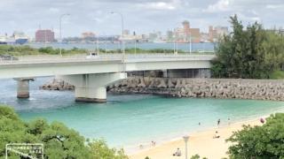 11月末でもまだ海水浴を楽しむ沖縄のビーチ 2020年11月29日撮影